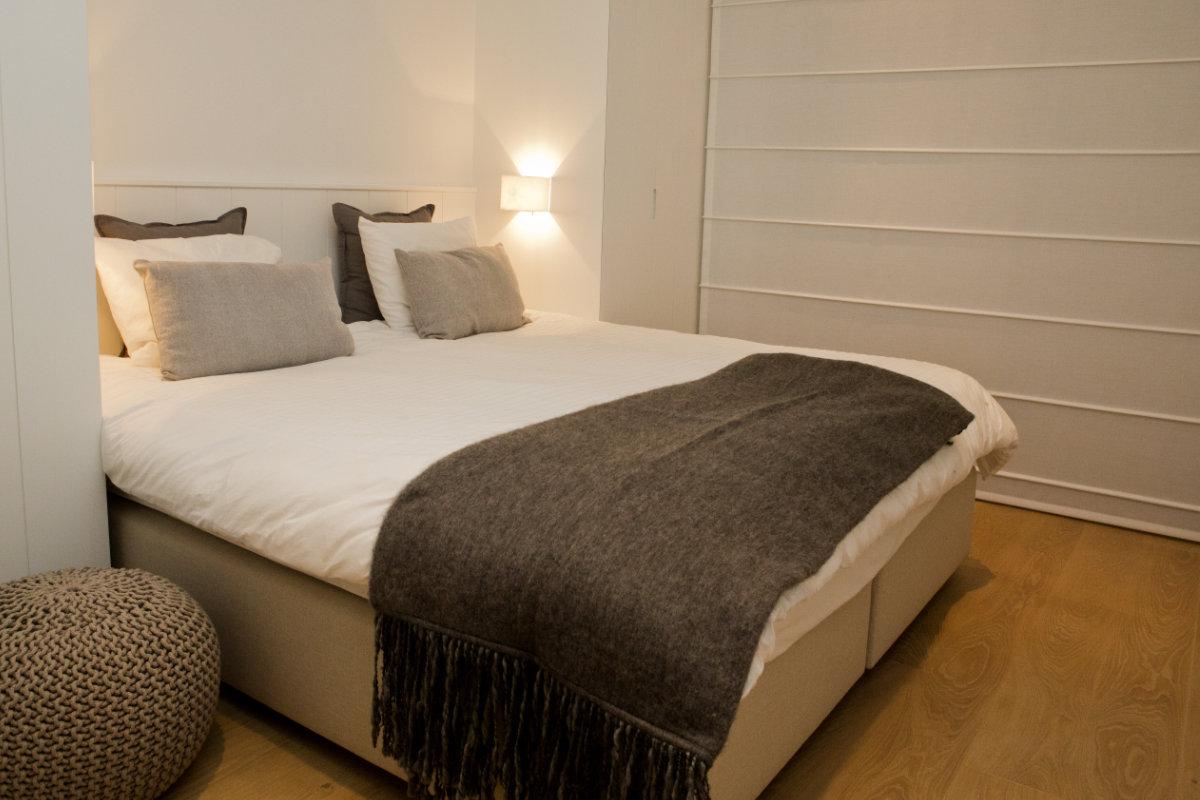 Slaapkamer Bruin Wit : Appartement aan zee met wit interieur en houtaccenten binnenkijken