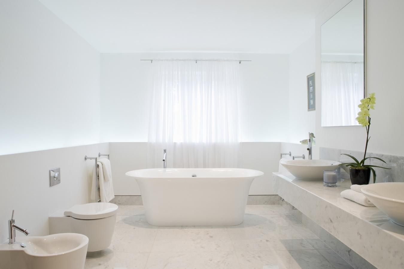 Moderne badkamer in wit marmer