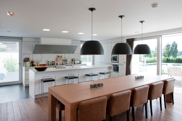 Inrichten moderne nieuwbouw villa moeskroen binnenkijken - Zwembad met kookeiland ...