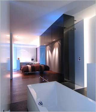 Loft inrichting van filip deslee de ijsfabriek in antwerpen - Idee ouderlijke slaapkamer met badkamer ...