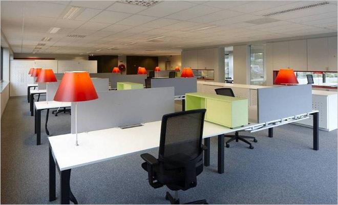 Kantoorinrichting met interieur volgens de huisstijl van het consultancy bedrijf - Moderne kantoorbureaus ...