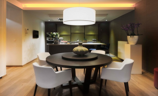 ... met de open keuken en eetplaats het verlaagd plafond met indirecte