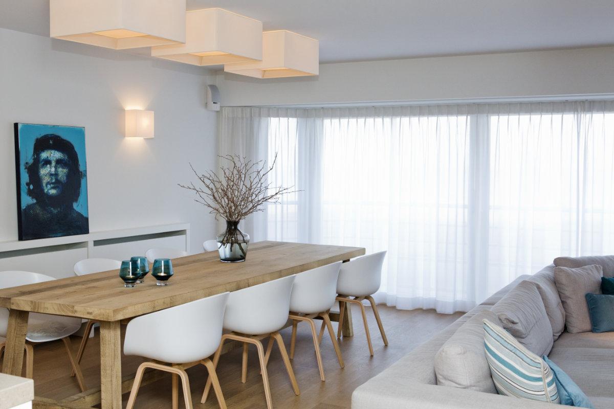 Appartement aan zee met wit interieur en houtaccenten   Binnenkijken