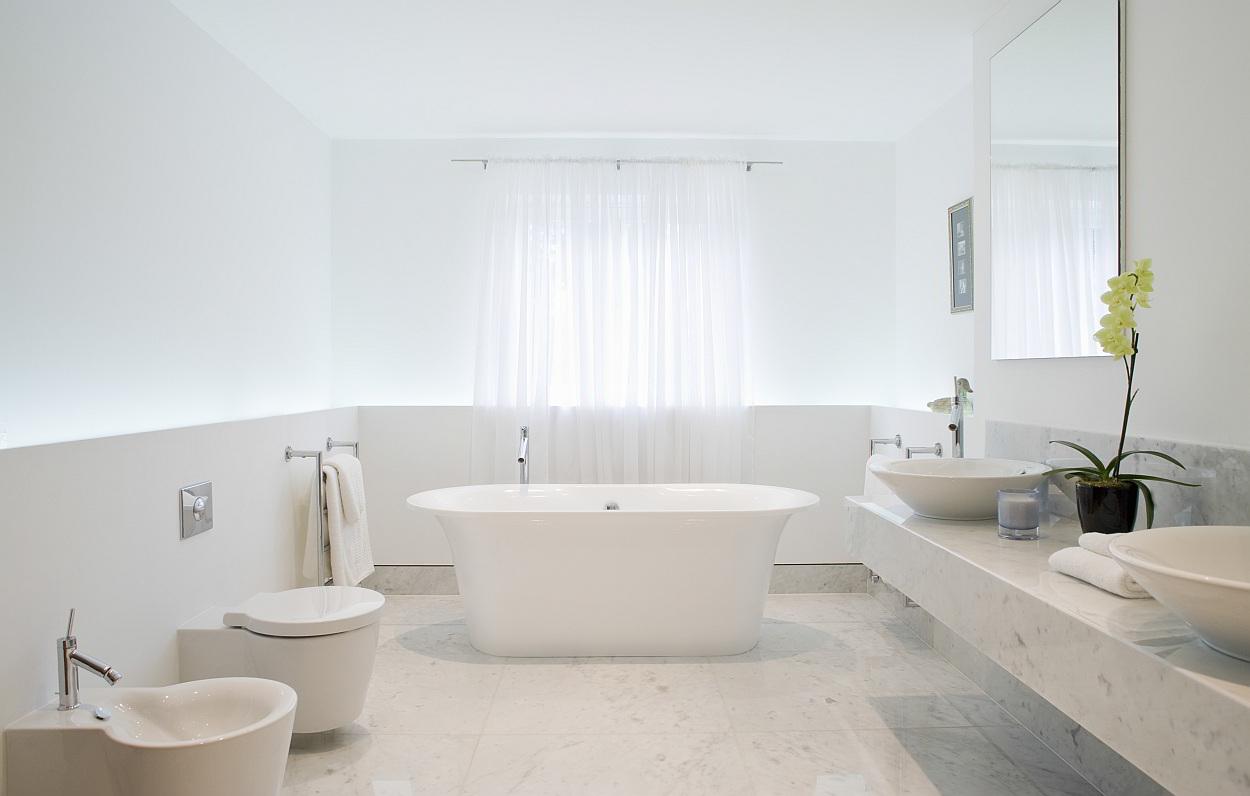 marmeren tegels in de badkamer