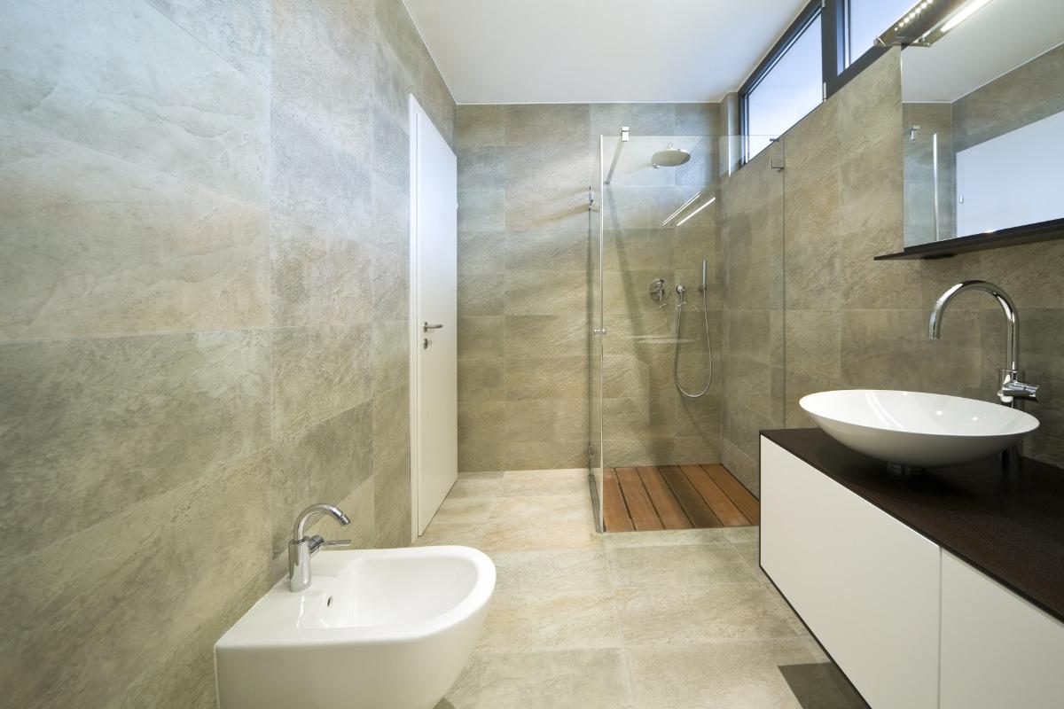 beige marmer badkamer
