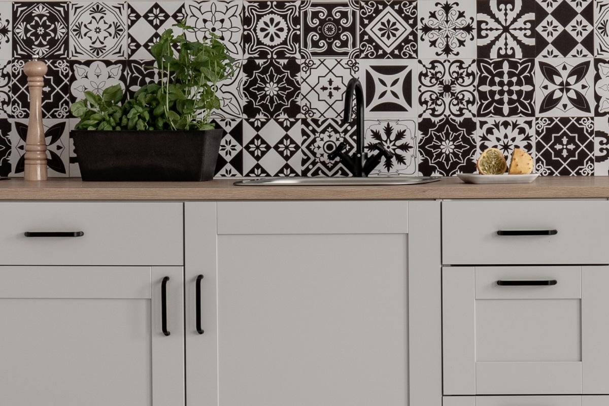 keuken spatwand met cementtegels