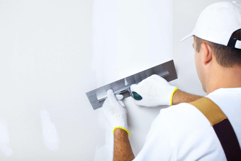 scheuren in stucwerk repareren